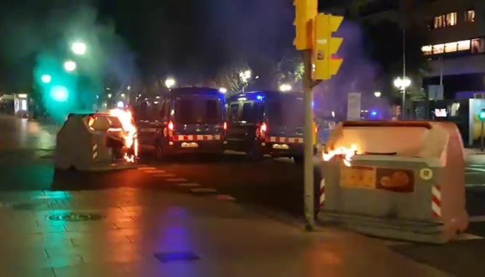 Un contenidor en flames