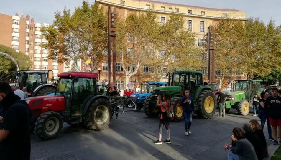 Tractors preparats per la manifestació a la Imperial Tarraco.