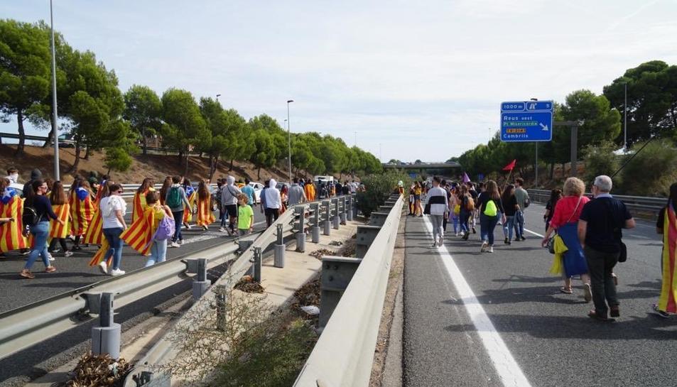 Manifestants envaint la T-11 a Reus.