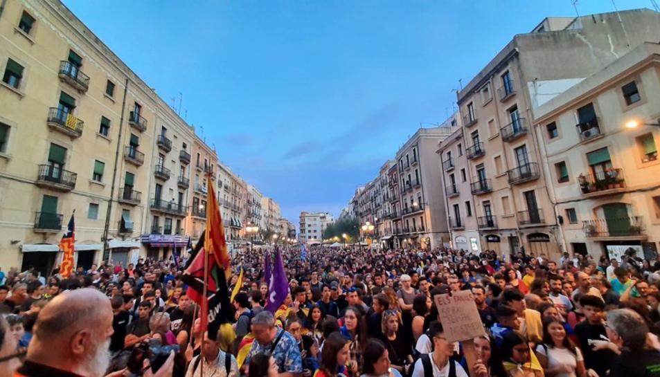 Els manifestants a la plaça de la Font.