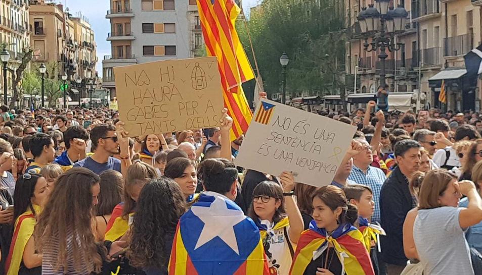 Els manifestants a la plaça de la Font mostrant diversos cartells de rebuig a la sentència.