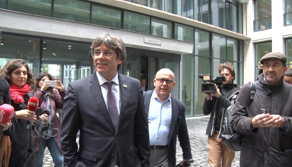 L'expresident Carles Puigdemont i el seu advocat Gonzalo Boye a la sortida de la fiscalia de Brussel·les.