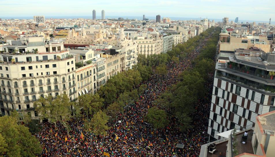 Desenes de milers de persones es manifesten al Passeig de Gràcia .
