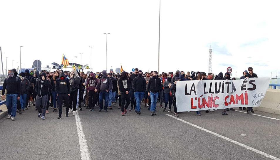 Els manifestants que tallen l'A-27 a Tarragona es dirigeixen a l'A-7.