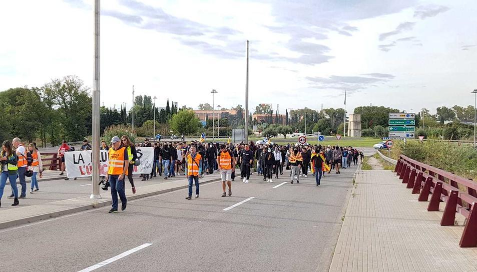 Els manifestants que tallaven l'A-27 es dirigeixen al centre de Tarragona.