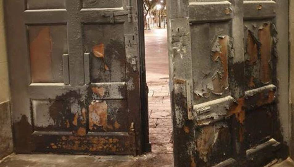 Imatge de la porta de l'Ajuntament de Tarragona cremada.