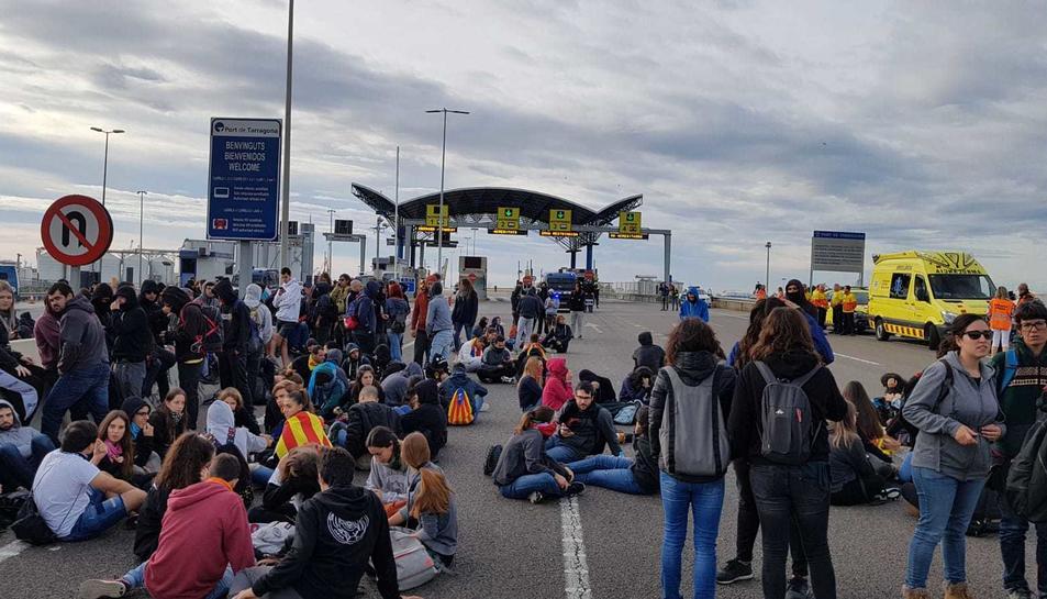 Imatge dels manifestants tallant l'A-27 a Tarragona.