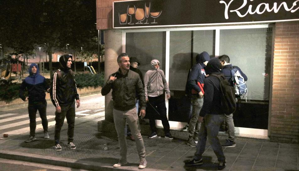 Els agents de la Policia Nacional durant la detenció d'una jove en els aldarulls d'aquesta nit de dijous.