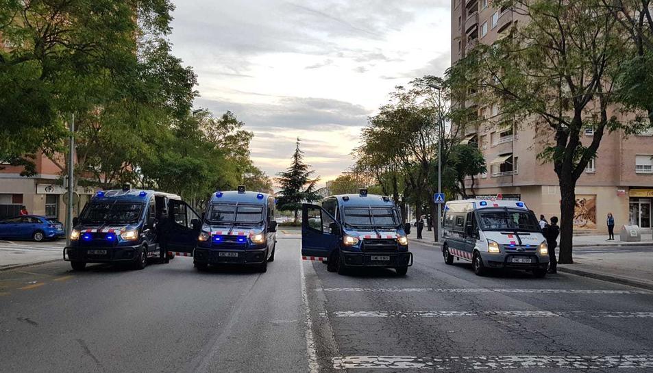 Deu furgonetes ARRO flanquegen el barri.