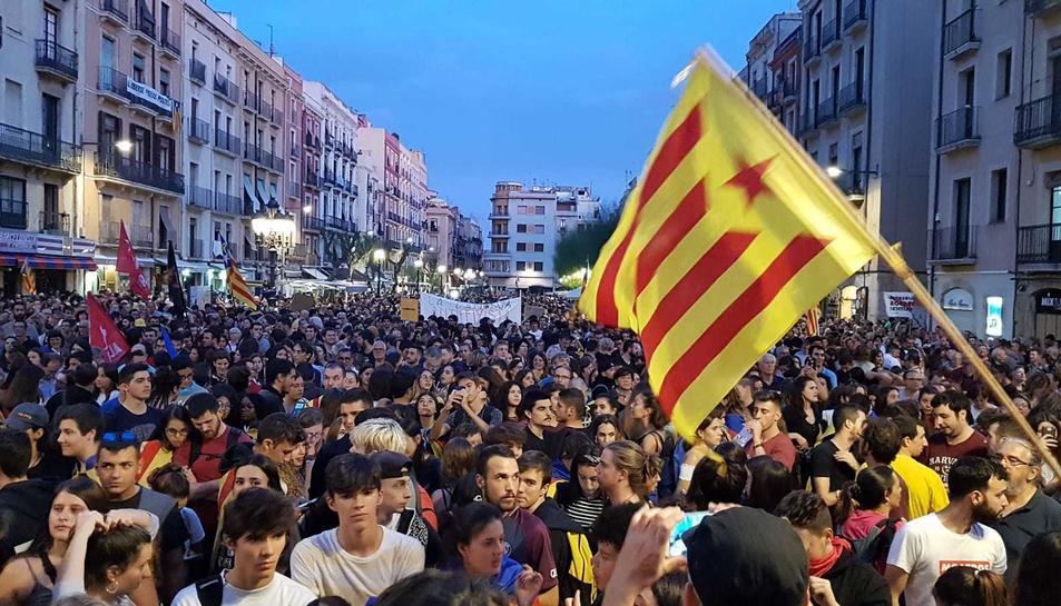 La plaça de la Font plena per la manifestació per la vaga.
