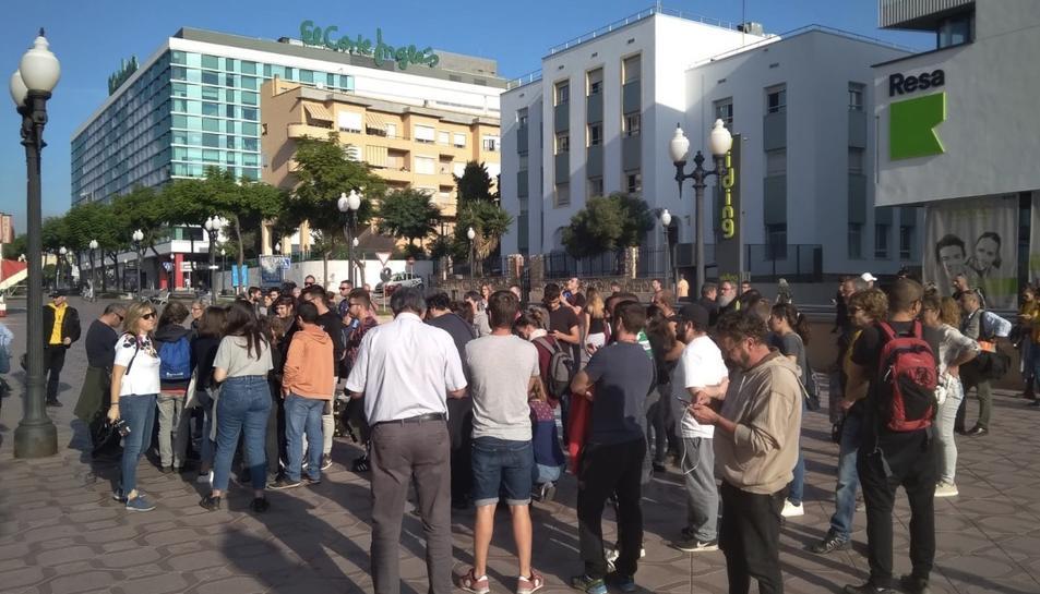 Imatge del grup de concentrats en suport als detinguts, aquest matí.