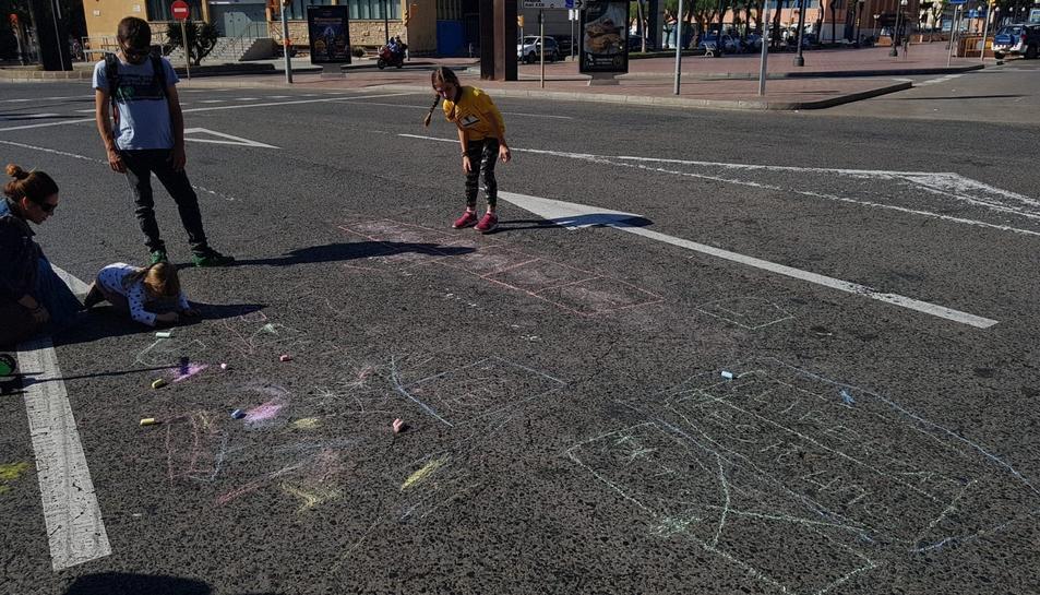 Els més petits han utilitzat l'asfalt per pintar amb guixos.