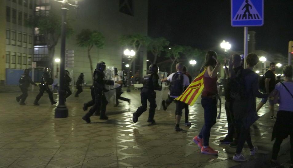 Pla general d'agents de la Policia Nacional a l'inici de les càrregues policials en la quarta nit d'aldarulls a Tarragona. Imatge del 19 d'octubre del 2019 (Horitzontal).