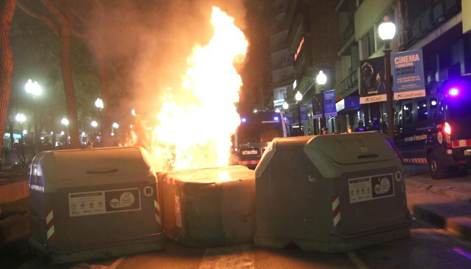 Pla general de contenidors cremant a la Rambla durant la quarta nit d'aldarulls a Tarragona. Imatge del 18 d'octubre del 2019 (Horitzontal).