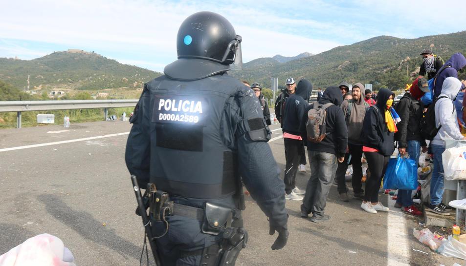 Pla obert dels Mossos arribant a la zona del tall de l'AP7 a la Jonquera.