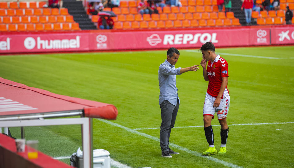 Xavi Bartolo, a la seva àrea tècnica, amb Pol Valentín.