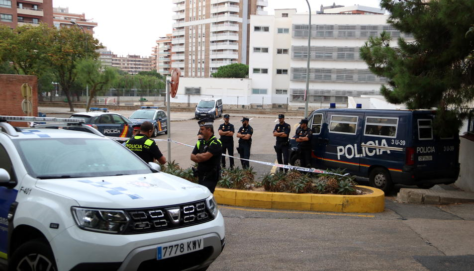 Pla general d'agents de la Policia Nacional i de la Guàrdia Urbana de Tarragona custodiant la seva comissaria durant la concentració en suport dels detinguts pels aldarulls de divendres a la nit a Tarragona. Imatge del 20 d'octubre del 2019 (Horitzontal).
