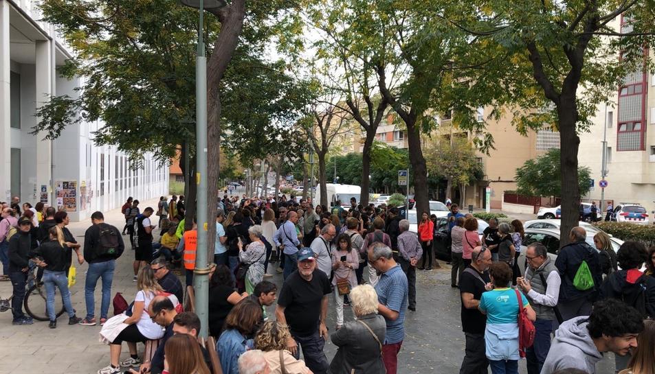Imatge de les persones concentrades per 'Pícnic per la Llibertat' davant el Campus Catalunya.