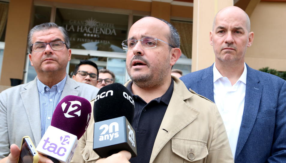 Alejandro Fernández, en l'atenció als mitjans durant la seva visitat en un hotel on estan allotjats agents de la Policia Nacional a Vila-seca.