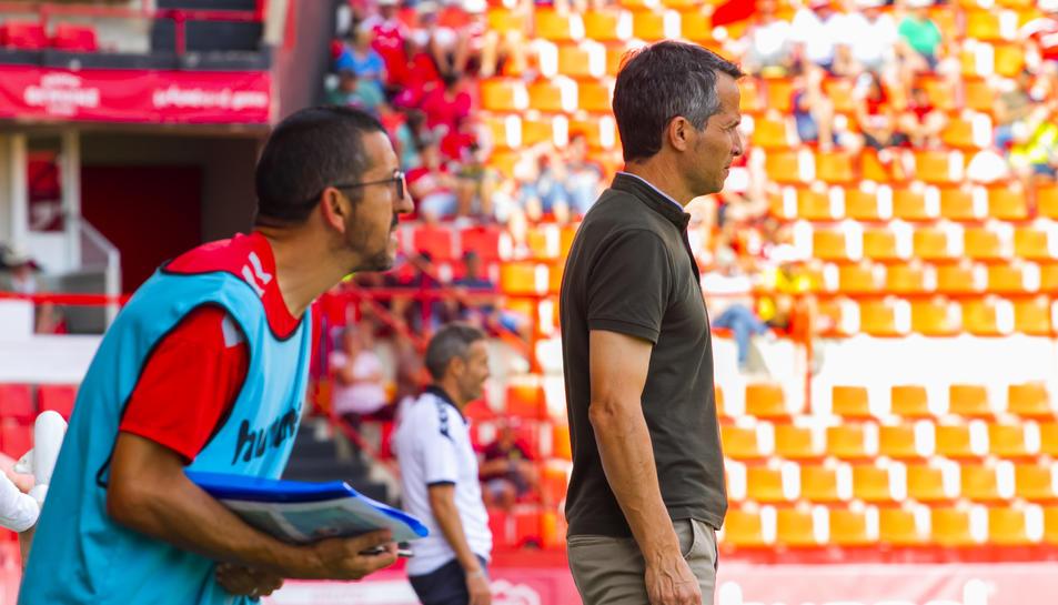 A l'esquerra de la imatge, Manolo Oliva, durant el Nàstic-La Nucía, acompanyat de l'entrenador grana, Xavi Bartolo.