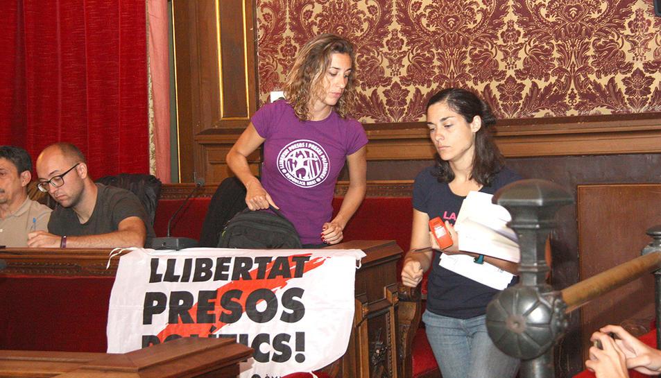 Les regidores de la CUP en el moment d'abandonar el plenari municipal de Tarragona.