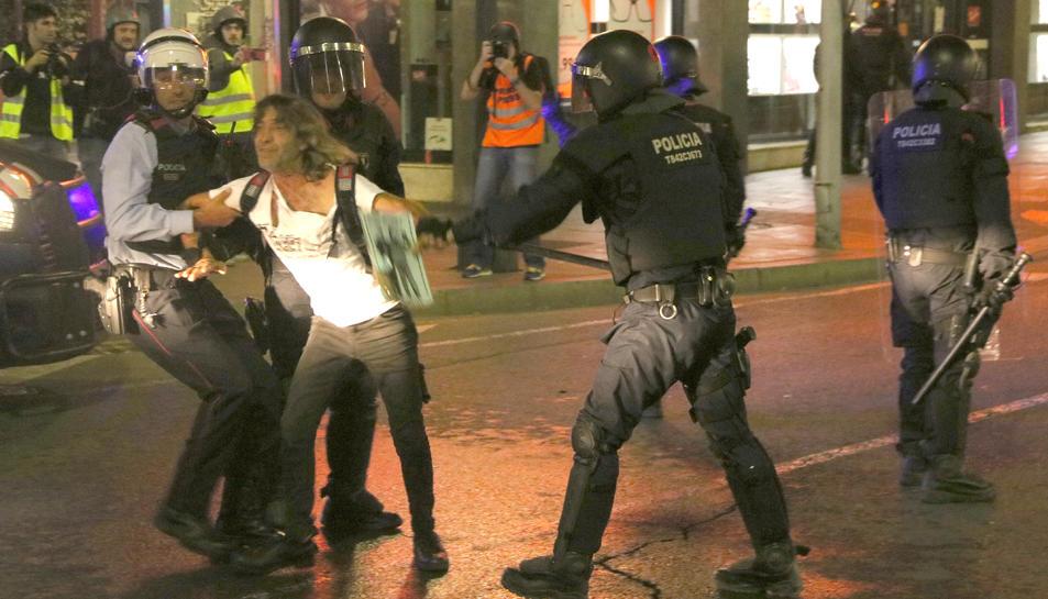 Imatge d'arxiu d'una detenció realitzada pels Mossos d'Esquadra la setmana passada a Tarragona durant aldarulls a la nit.
