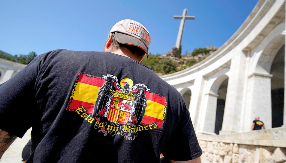 Un home amb una bandera franquista al Valle de los Caídos, l'agost passat.