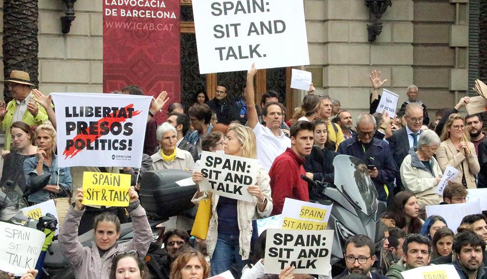 Imatge dels manifestants amb pancartes reclamant diàleg a l'Estat aquest 21 d'octubre de 2019.