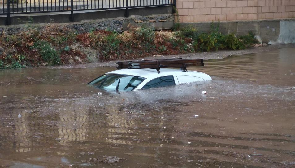 Un cotxe atrapat a Miami Platja