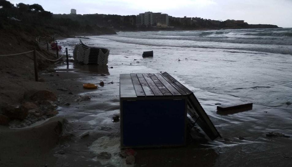 El aguacero en la playa Larga de Salou