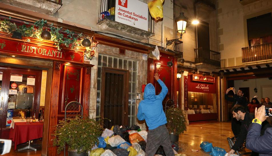 Centenars de persones van llençar bosses de brossa davant el local socialista a la plaça del Castell