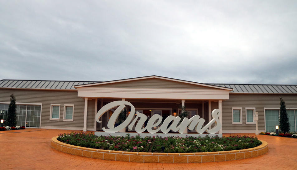Pla general de la façana principal de PortAventura Dreams. Imatge del 22 d'octubre del 2019