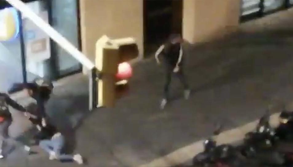 Elspolicies arrossegant la jove pel carrer quan intentaven detenir-la.