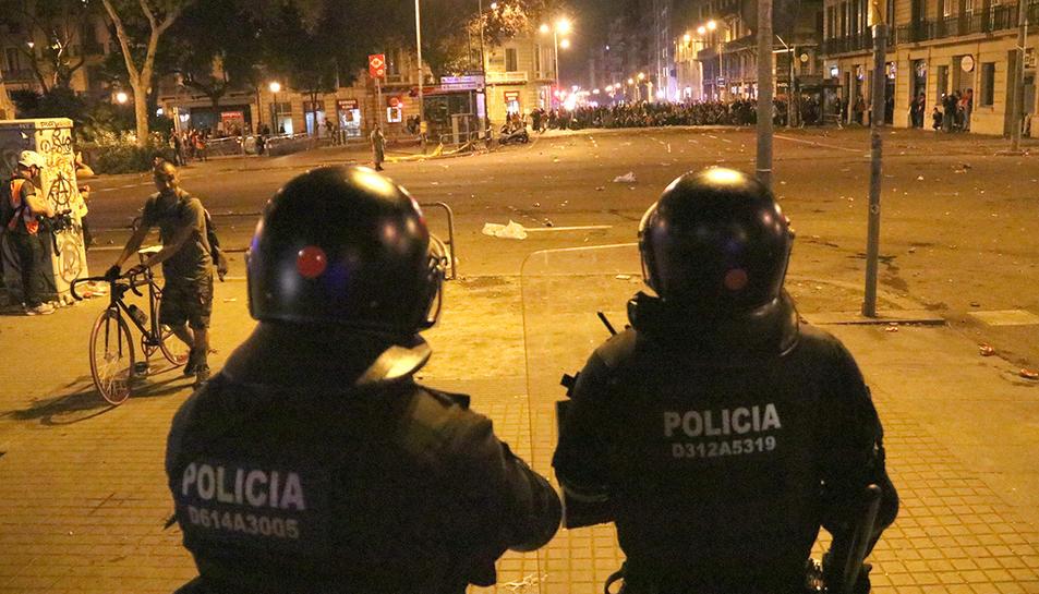Mossos d'Esquadra llancen boles de foam als manifestants des de plaça Urquinaona amb Pau Claris.
