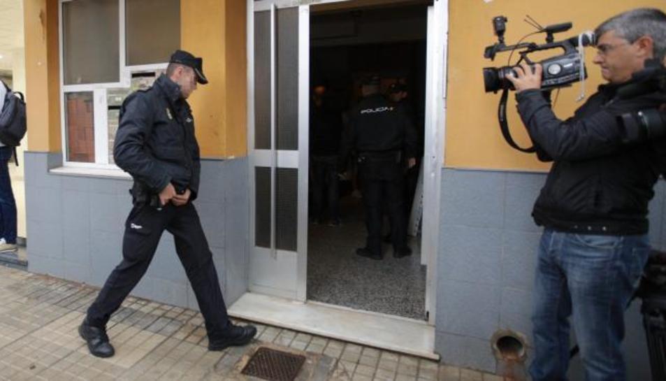 Policies accedint a l'habitatge on s'ha produït el crim.