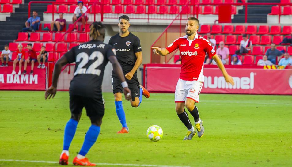David Goldar intenta una passada durant el Nàstic-Llagostera de la jornada inaugural del campionat de Lliga de Segona B