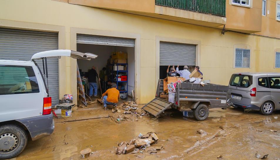 Els veïns de Riudoms van haver de netejar ahir al matí baixos i garatges. L'aigua va córrer com un riu durant la nit.
