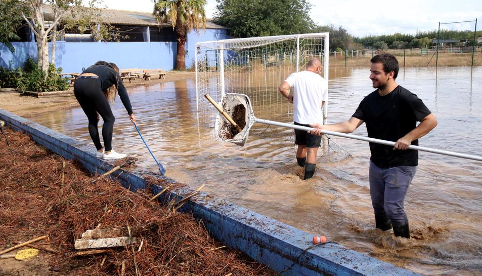 Pla general del camp de futbol de la casa de colònies la Marinada inundat.