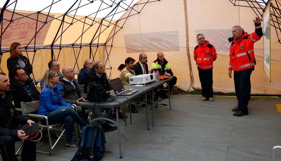 Una reunió al centre de comandament instal·lat a la Riba, des d'on es coordina la recerca de desapareguts pel temporal.