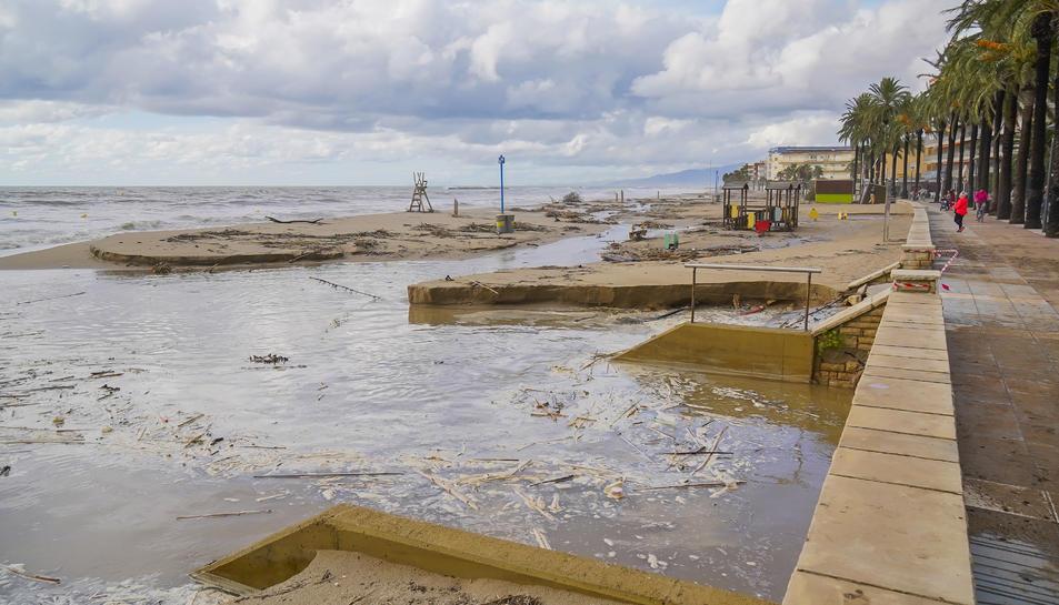 El temporal ha fet desaparèixer la platja a Salou.