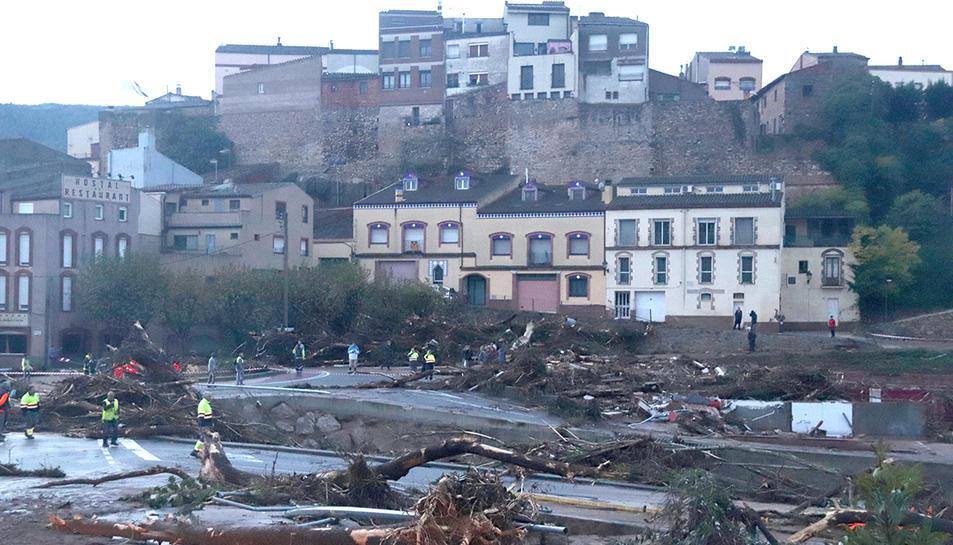 Un dels ponts que el Francolí s'ha endut a l'Espluga de Francolí, amb una construcció arrasada i runa per tot arreu