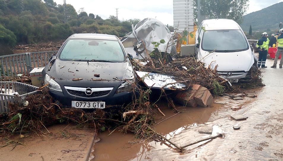 Vehicles afectats pel temporal a l'Espluga de Francolí.