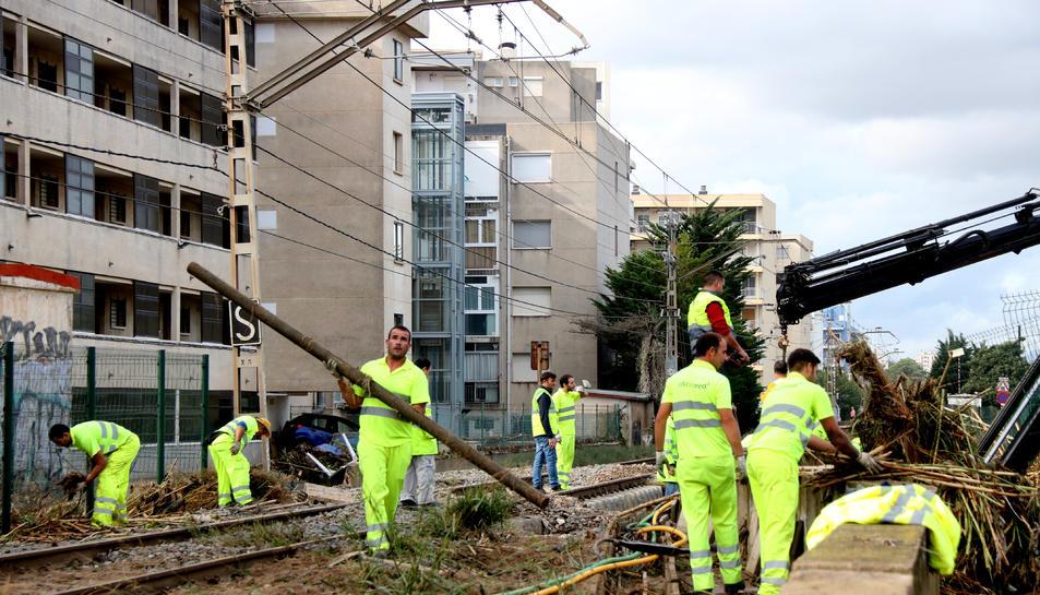 Treballadors d'Adif en les tasques per posar en servei el corredor del mediterrani a Salou.