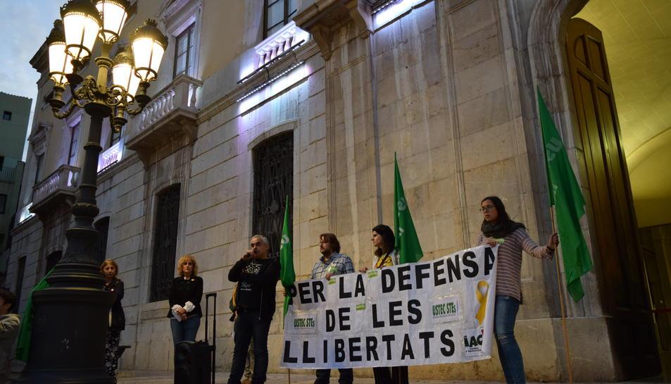 Imatge dels representants de la plataforma llegint el manifest ahir a la plaça de la Font durant la concentració