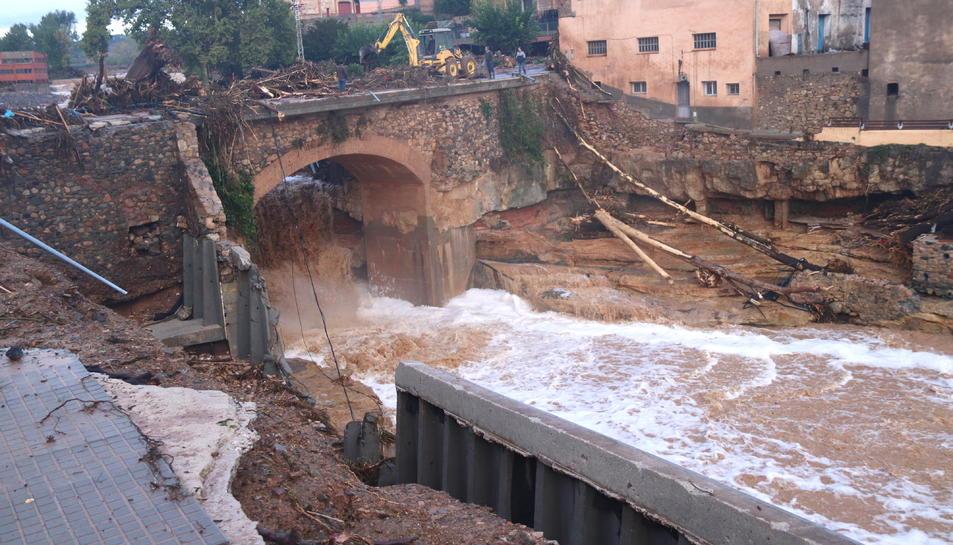 Pla general d'un dels dos ponts de l'Espluga de Francolí afectats per la riuada.