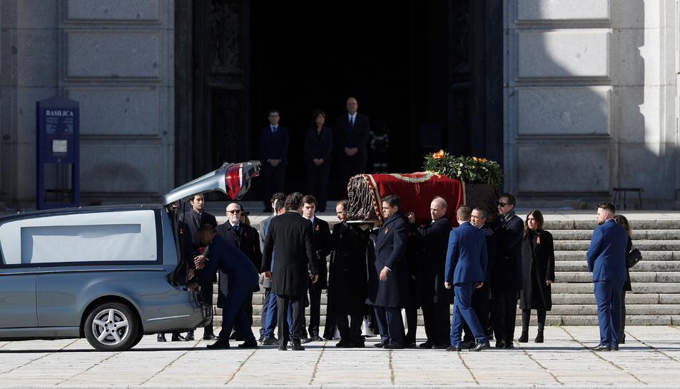 Els familiars de Franco porten el fèretre del dictador.