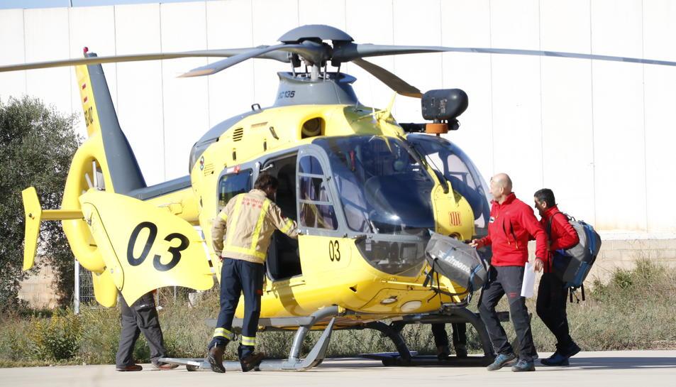 Pla general d'un helicòpter i bombers al centre de comandament instal·lat a Montblanc en el dispositiu de recerca dels desapareguts pel temporal. Imatge del 25 d'octubre del 2019