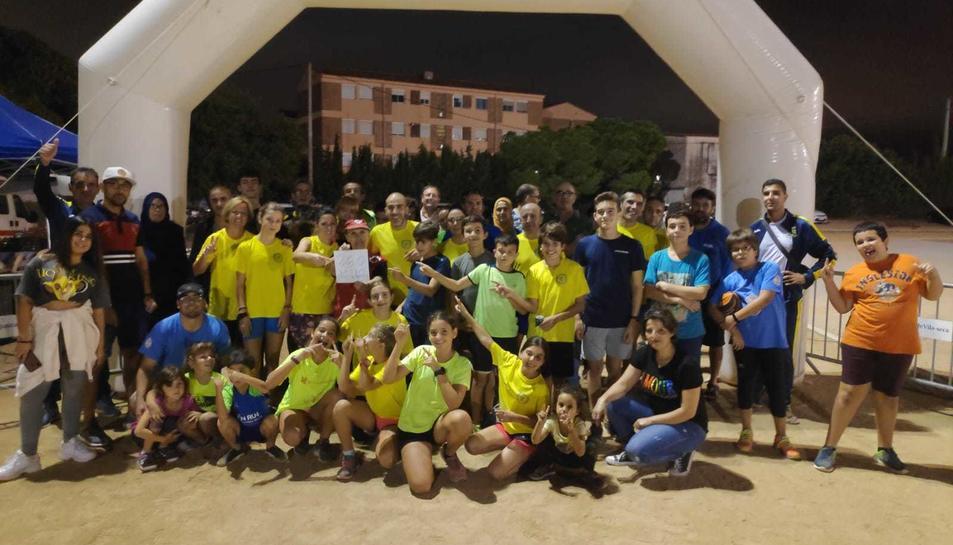 Diversos moments de la jornada, amb els corredors, els atletes del club i el recapte de menjar per al Banc dels Aliments.