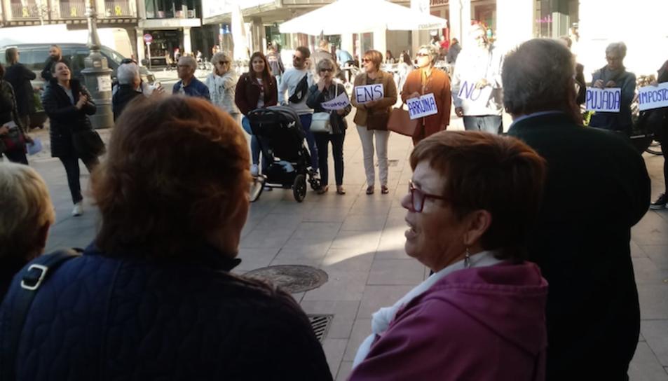 Protestes de veïns a l'exterior de l'Ajuntament, divendres.