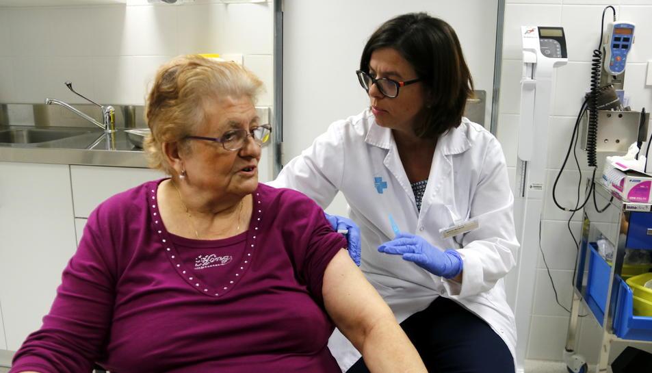 Usuària del CAP Onze de Setembre de Lleida vacunant-se per la grip